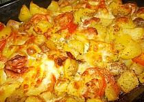 Brambory zapečené s uzeným bokem, mozzarellou  a rajčaty