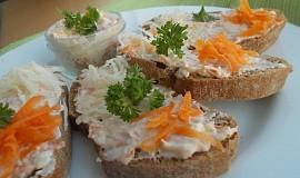 Celerová pomazánka s tvarohem, čedarem, nivou a mrkví