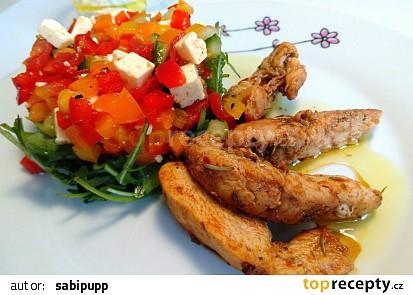Kuřecí kousky se šopským salátem na rukolovém hnízdě