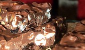 Čokoláda s kousky ořechů, rozinek a marchmallow