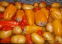 Pečené papričky sweetbite s bramborami a rajčaty