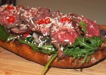 Roastbeef na pečeném chlebu se žampiony a rukolou