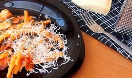 Těstoviny s kuřecím masem, špenátem, tyrolskou šunkou a sušenými rajčátky