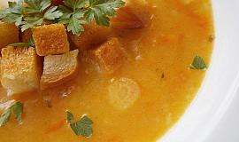 Mrkvová polévka s česnekovými krutonky