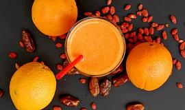 Pomerančové smoothie s goji a datlemi