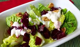 Salátová srdíčka s červenou řepou, jogurtovým přelivem s křenem a ořechy
