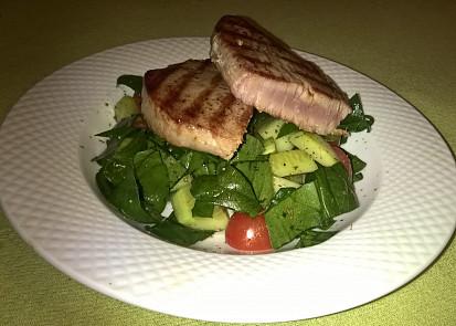 Steak z tuňáka se zeleninovým salátem
