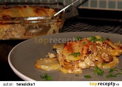 Zapečené brambory se zelím a mletým masem