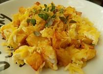 Jednoduché opečené brambory s vejci a sýrem