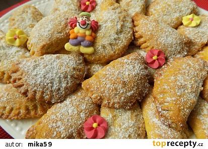 Křehké mrkvové taštičky z piškotů, plněné povidly
