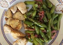 Kuřecí kousky a fazolové lusky na slanině