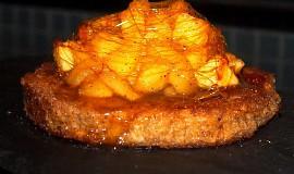 Sladký toast s dušenými jablky a karamelem