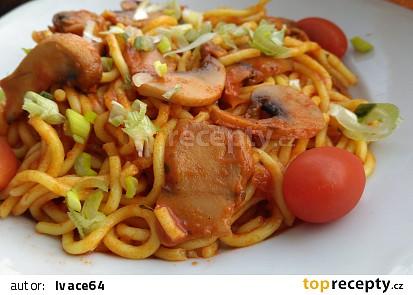 Špagety se žampiony a ostrou omáčkou