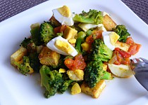 Brokolice s rajčaty, vejci a tofu