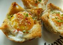Chlebové košíčky se šunkou, vejci a sýrem