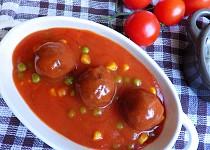Kuličky z mletého masa v tomatové omáčce s hráškem a kukuřicí