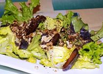 Mix salát s ořechy a švestkami