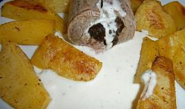 Panenka plněná sušenou švestkou s nivovou omáčkou, salát s dresingem