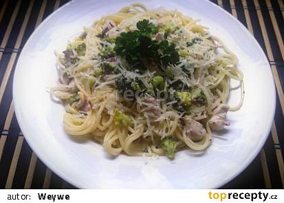 Špagety s brokolicí a kuřecím masem