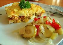 Zapečené brambory s hráškem, smetanou a uzeným masem
