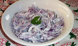 Cibulový salát se zakysanou smetanou