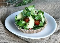 Celozrnné košíčky s bylinkovým salátem