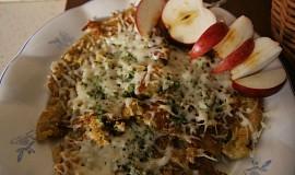 Celozrnné palačinky se sýrem, rajčetem, houbami a zelenou směsí