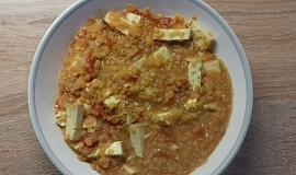 Červená čočka s uzeným tofu a rajčaty