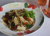 Těstoviny s chorizem, medvědím česnekem a sušenými rajčátky