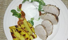Vepřová panenka v sezamové krustě se salátem a opečeným bramborem