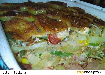 Zapečené brambory s klobásou a zeleninou