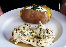 Kuřecí prsa v jogurtu s bramborou, pečenou v alobalu
