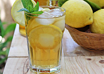 Mátový ledový čaj s citronem a medem