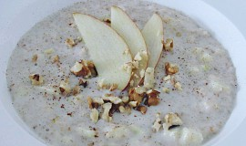 Ovesná kaše s jablky, skořicí a ořechy