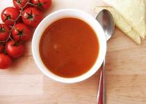 Polévka z pečených rajčat se sýrovým toustem