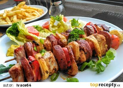 Ražniči z vepřové plece, česnekové klobásy, cibule, papriky a slaniny