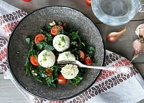 Ricottové knedlíčky s pažitkou a teplým špenátovým salátem