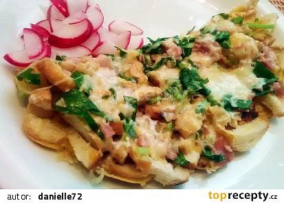 Rohlíková omeleta s medvědím česnekem a šunkou