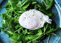 Rukolový salát se ztraceným vejce