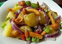 Salát z nových brambor a nakládaných hub