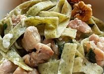 Těstoviny s medvědím česnekem, kuřetem, ořechy a nivou