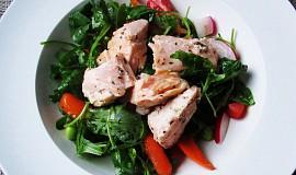 Zeleninový salát s kousky lososa