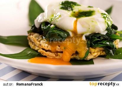Ztracené vejce na mladém špenátu s kukuřičnými Cornies
