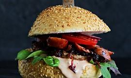 Burger s žampionem portobello, karamelizovanou cibulí a klobásou