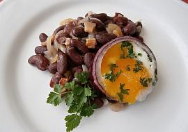 Fazolový salát s volským okem, smaženým v cibulovém kroužku