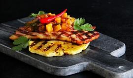Grilovaná šunka s pikantní ananasovou salsou