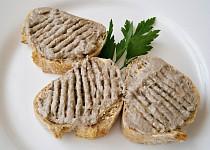 Jednoduchá pomazánka ze sardelové pasty a makrely v oleji