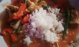 Maso s kari pastou a kokosovým mlékem