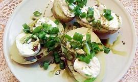 Nové brambory s kozím sýrem, jarní cibulkou a dýňovým olejem