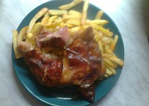 Pečená kuřecí stehna s anglickou slaninou
